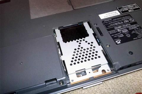 HDDドライブを止めているパーツを外し・・・