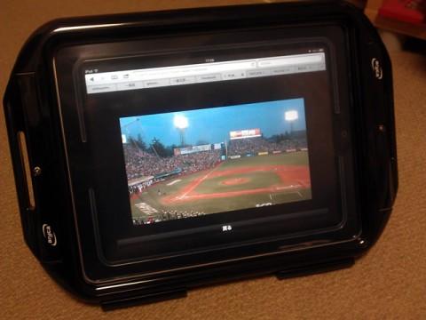 防水ケースに入れたiPadでプロ野球をお風呂で観戦