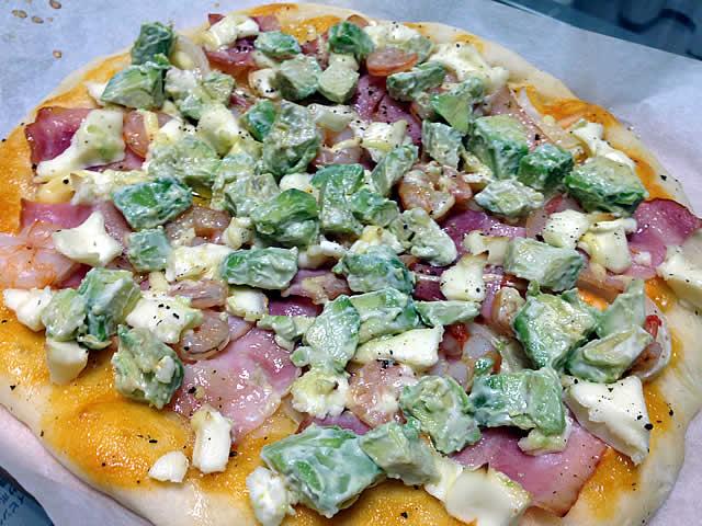 アボカドとクリームチーズのピザ