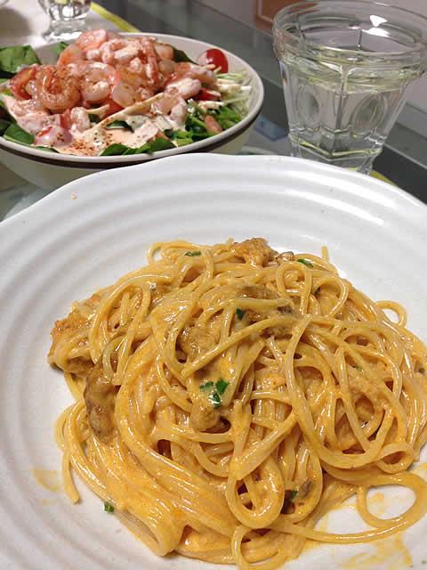 ウニのクリームスパゲティと小エビのカクテルサラダ