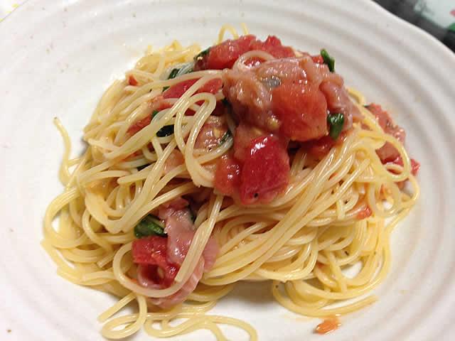 トマトとバジル、生ハムの冷製パスタ