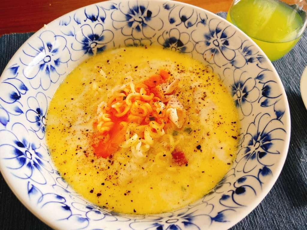 サッポロ一番塩ラーメンでカルボナーラ風ラーメン